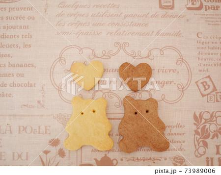クッキーでできた、仲良しな二匹のクマ 73989006
