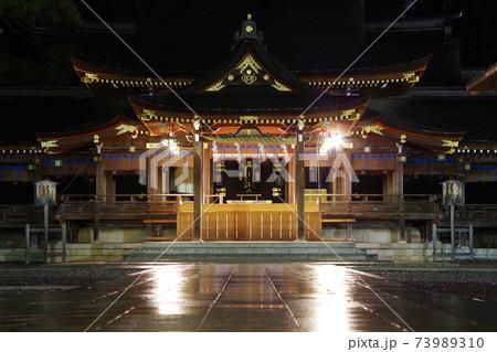 ライトアップされた滋賀県の多賀大社 73989310