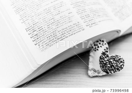 """""""love""""の文字とハートのピンクッション 73996498"""