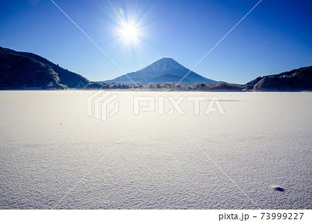 富士五湖・凍りつく精進湖 73999227