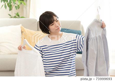 不要品を整理する女性 73999693
