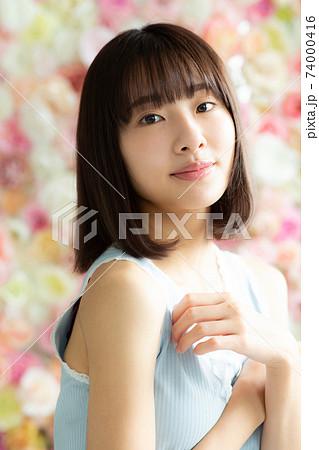 薔薇に囲まれた美しい女性 74000416