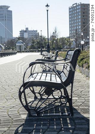 ヴェルニー公園のベンチと街灯の風景 74001294