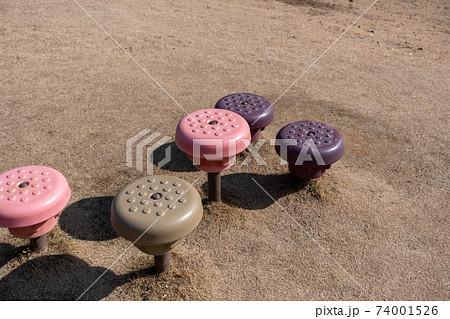 公園の遊具のバランス台 プラスチックのステップ 74001526
