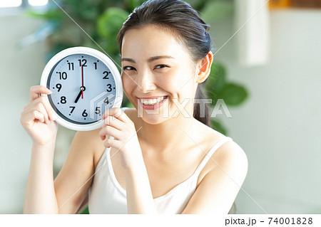 時計を持つ綺麗な女性 74001828