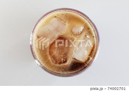 グラスに注いだコーラ 74002701