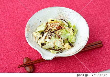 塩キャベツ(キャベツの塩昆布和え)。簡単レシピ、野菜料理、おつまみ、お惣菜。 74004047