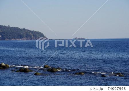 湯河原町の海浜公園周辺から臨む真鶴半島 74007948