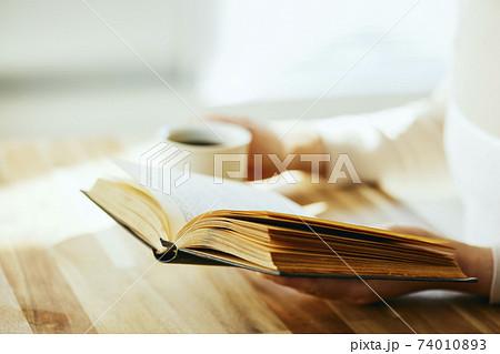 コーヒーを飲みながら読書 74010893