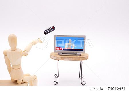 テレビに向かってリモコンを投げつけるデッサン人形 74010921