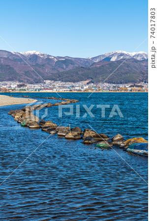 「長野県」諏訪湖越しに見える遠方の雪山 74017803