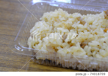 タッパーに入れた鶏めし弁当のイメージ 74018709