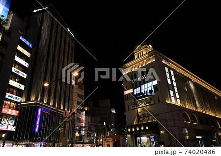 東京都台東区浅草の東武鉄道浅草駅ビルの夜景 74020486