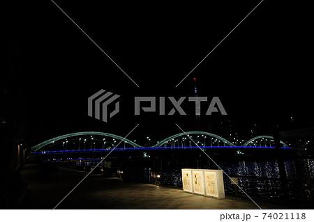 隅田川に架かるライトアップされた厩橋 74021118