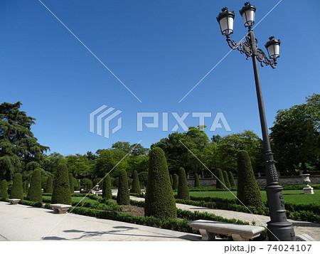 美しく刈り込まれた植栽の公園、スペイン・レティーロ公園 74024107