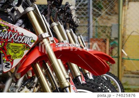 並べられたモトクロスバイクのクローズアップ 74025876