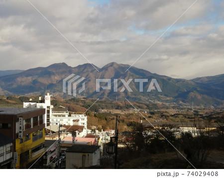 群馬県渋川市 伊香保町から見た町並みと山の風景 74029408