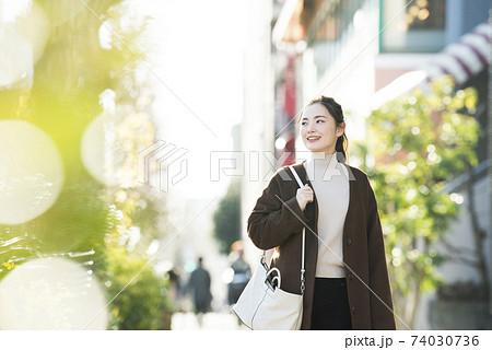 街を歩く若い女性 74030736