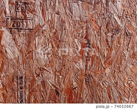 赤茶色の木片を圧着したストランドボード木製パネル 74032667
