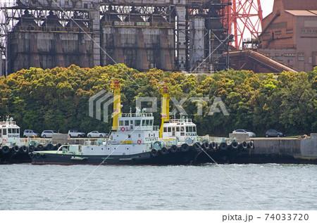 名古屋製鉄所前のタグボートと背後のプラントの景色 74033720