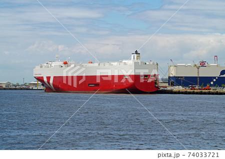 名古屋港で荷役をする自動車運搬船の景色 74033721