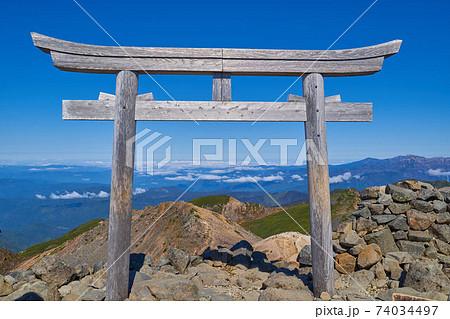 岐阜県(長野県)の乗鞍岳の山頂の乗鞍本宮の鳥居 74034497