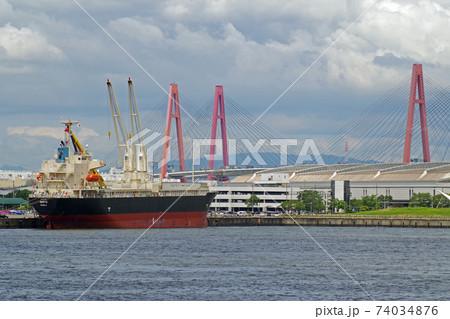 金城ふ頭に接岸している貨物船の景色 74034876