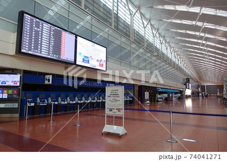 緊急事態宣言下の羽田国内線ターミナル出発ロビー 74041271