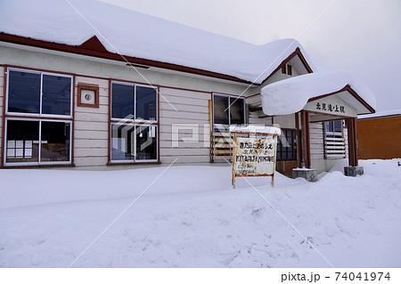 雪に埋もれた北見滝ノ上駅舎記念館 74041974