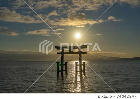 滋賀県高島市の白鬚神社 琵琶湖に浮かぶ大鳥居と日の出 74042847