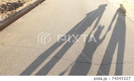 ママとパパと手を繋いで歩く子供の影 74045327
