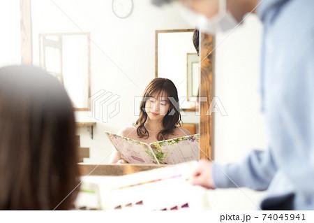 マスクをした美容師とカラーチャートを見る女性客 美容室イメージ 74045941