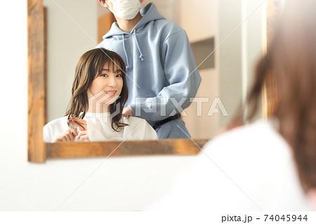 マスクをした美容師と若い女性客 美容室イメージ 74045944