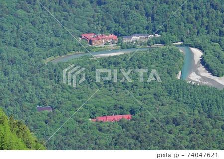 霞沢岳からの上高地帝国ホテルと温泉ホテル 74047621