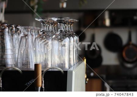 緊急事態宣言でシェフコック料理人がいない休業中のレストラン厨房キッチン 74047843