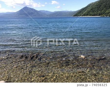 湖底まで見える支笏湖の清らかな水 74056325