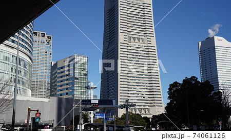 横浜、桜木町駅から見たランドマークタワー 74061126