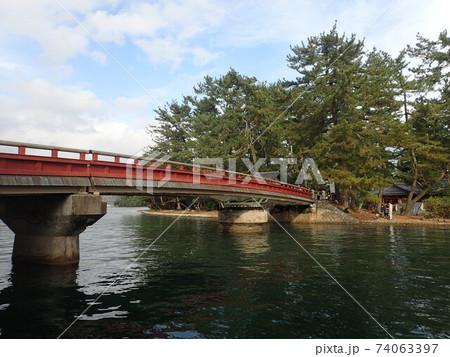 京都府宮津市にある天橋立と文殊堂をつなぐ船が通るたびに90度旋回する珍しい橋である電動式廻旋橋 74063397