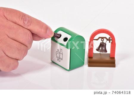 玩具の鐘とゴミ箱 捨てるシーン 74064318
