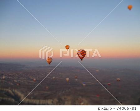 トルコ カッパドキア 気球 ジオラマ風 74066781