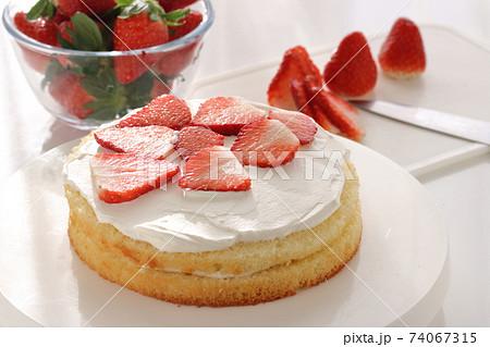 苺のショートケーキ 製造過程 74067315