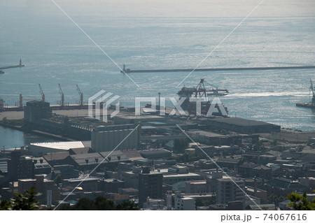 北海道小樽市の旭展望台から見る小樽運河 74067616