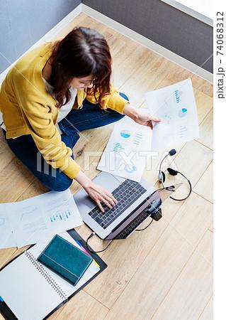 自宅で不慣れなテレワークをする若い女性 74068312