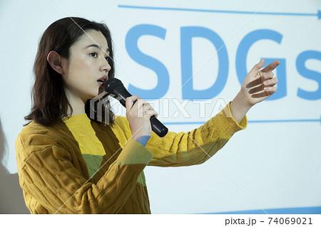 SDGsについて説明する女性 74069021
