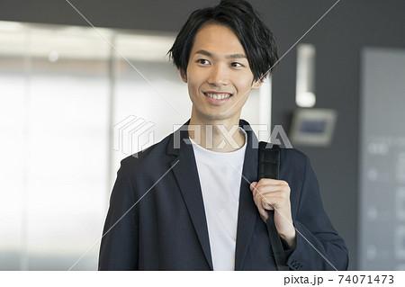 笑顔の若いビジネスマン イメージ 74071473