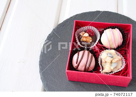 手作りチョコレート 赤いラッピング 74072117