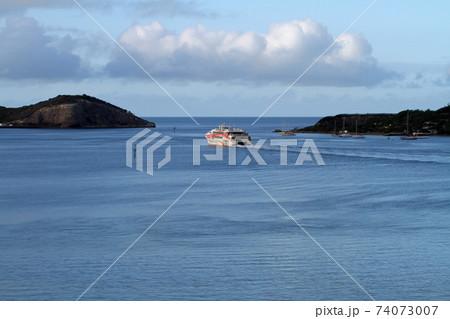 ヌーメア港を出港するクルーズ船 74073007
