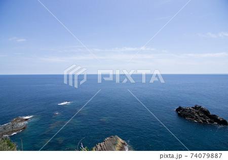 高知土佐清水市の足摺岬からの船と太平洋と青空 74079887