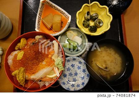 海鮮丼(うに,えび,いくら,いか)の味噌汁付き定食 74081874