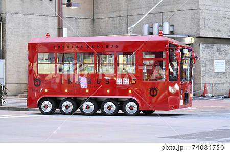日本の東京都市景観 豊島都税事務所(東京都豊島合同庁舎)前のイケバス 74084750